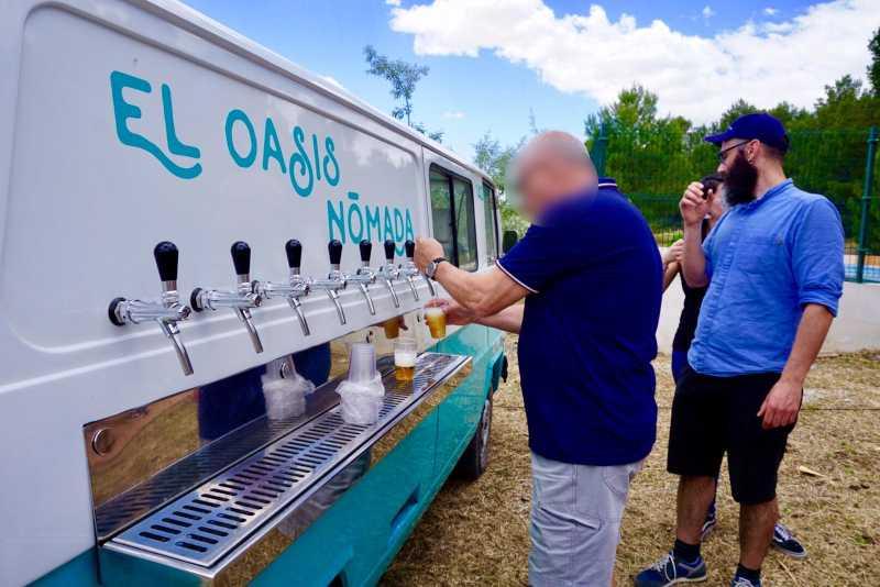 Persona sirviendose un vaso de cerveza