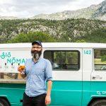 Foto de Roge con una copa de cerveza. La Merche tras él y de fondo Sierra Espuña