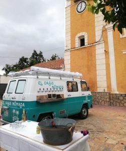 Bar con ruedas en la plaza de la iglesia tras una boda