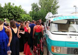 Gran cantidad de personas al rededor de nuestra furgoneta de bebidas