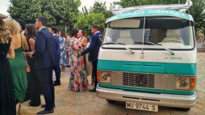 Invitados a la boda junto a nuestra Merche esperando en la plaza de la iglesia a que los novios salgan de la ceremonia