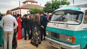 Nuestro food truck de bebidas en la plaza de la iglesia mientras los invitados a la boda disfrutan a su alrededor