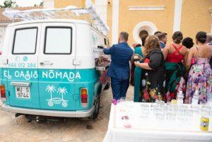Los invitados a la boda disfrutan sirviendose vasos de tinto de verano y cerveza bien frios de los grifos de nuestra furgoneta para catering de bebidas