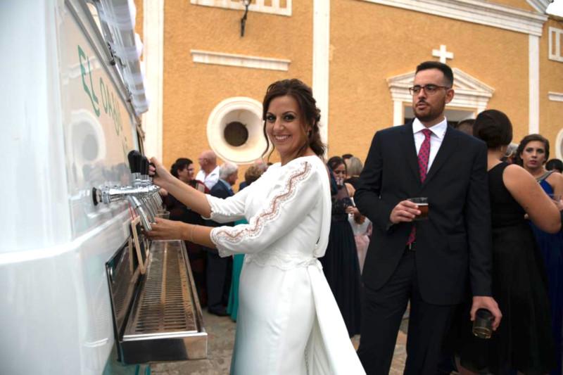 La novia se sirve ella misma un tinto de verano de los grifos de nuestro bar con ruedas para eventos de todo tipo