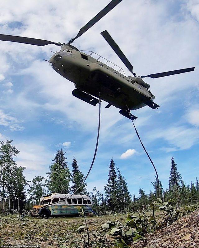 Autobús mágico siendo transportado. Vía Reuters