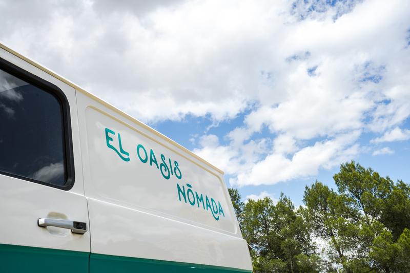 Lateral de nuestra furgoneta de bebidas y el cielo