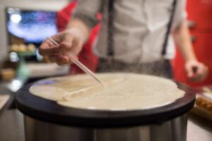 Manu de Sweetland haciendo un crêpe