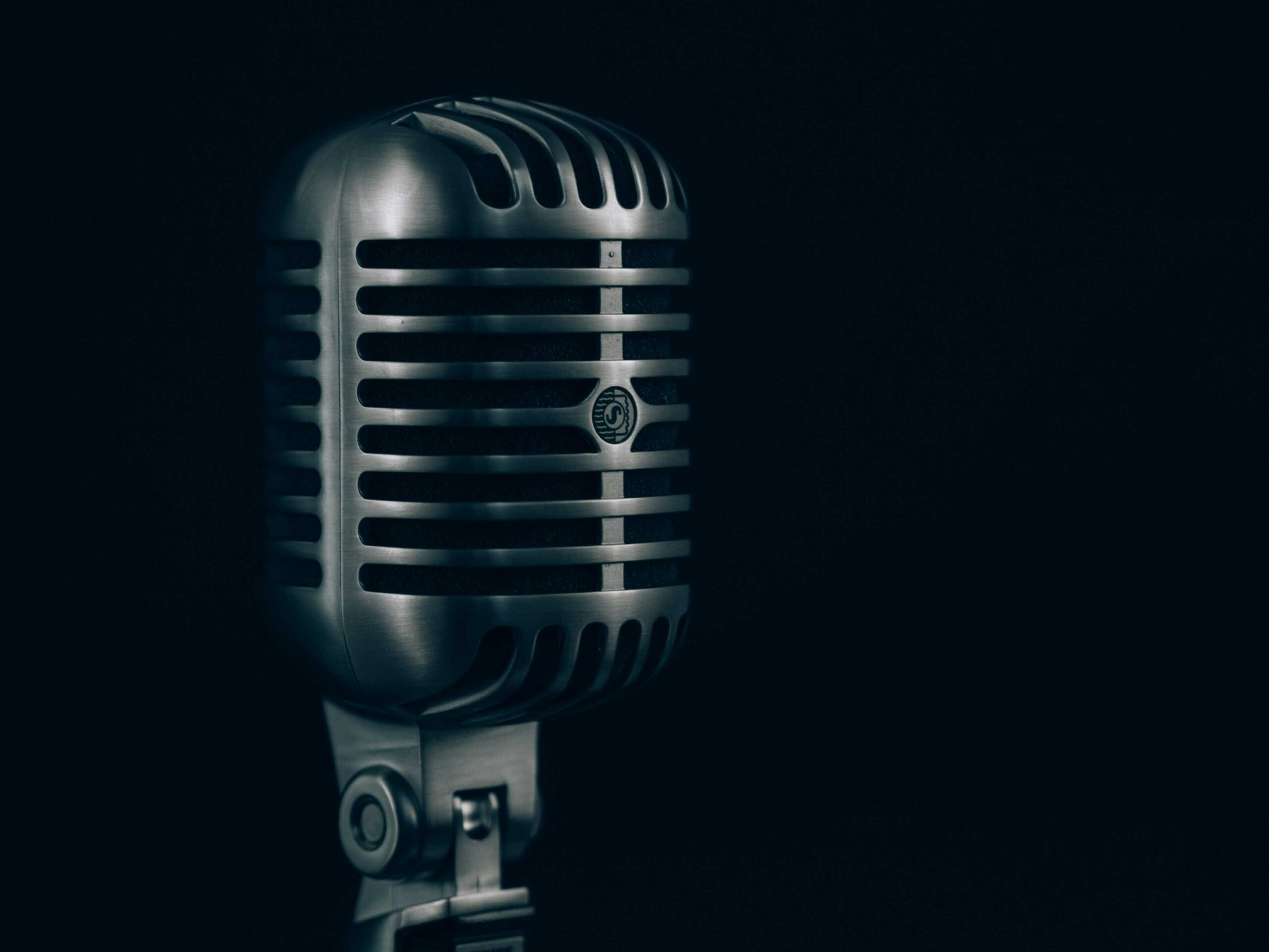 Imagen micrófono antigüo de metal