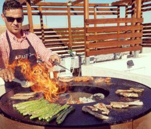 Preparando comida en cocina de Afuego360 al aire libre