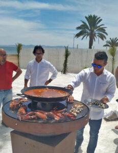 Cocinero preparando paella de marisco con cocina de Afuego360