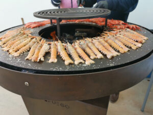 Preparando marisco en cocina de Afuego360