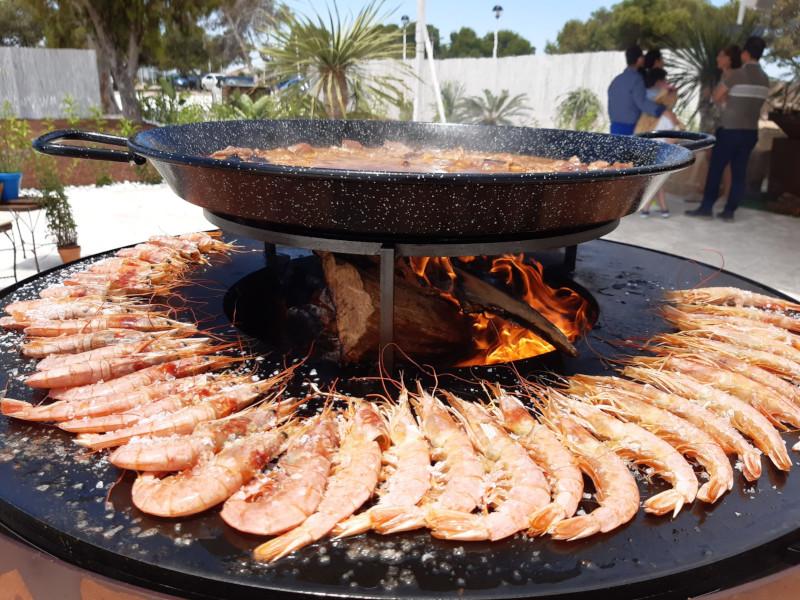 Preparando paella de marisco en evento privado con cocina de Afuego360