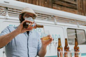 Roge sirviendo una cerveza artesana desde un botellín