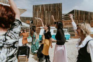 Mujeres celebrando la boda de Marina y Emilio en una finca en Bullas